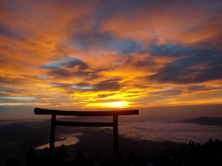 Resultado de imagem para sunset from Mt Fuji
